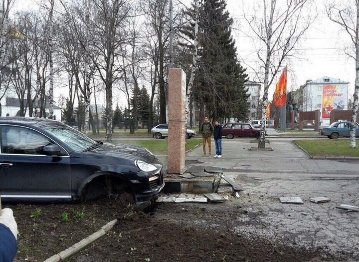Во Владимире Porsche протаранил памятник ветеранам войны (2)