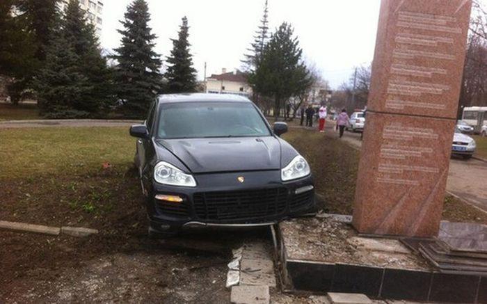 Во Владимире Porsche протаранил памятник ветеранам войны (3)