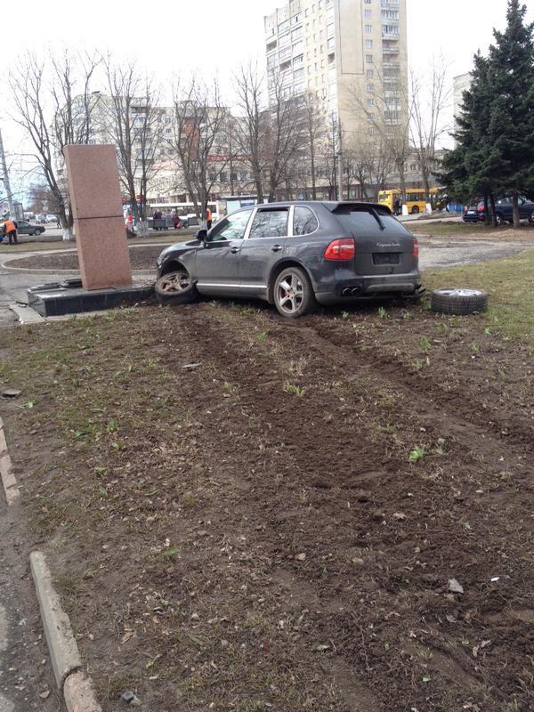 Во Владимире Porsche протаранил памятник ветеранам войны (4)