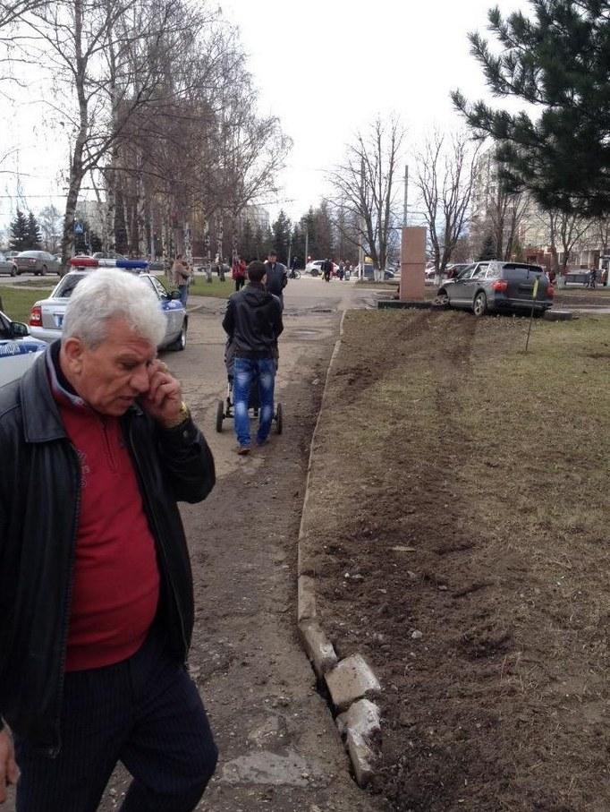 Во Владимире Porsche протаранил памятник ветеранам войны (5)