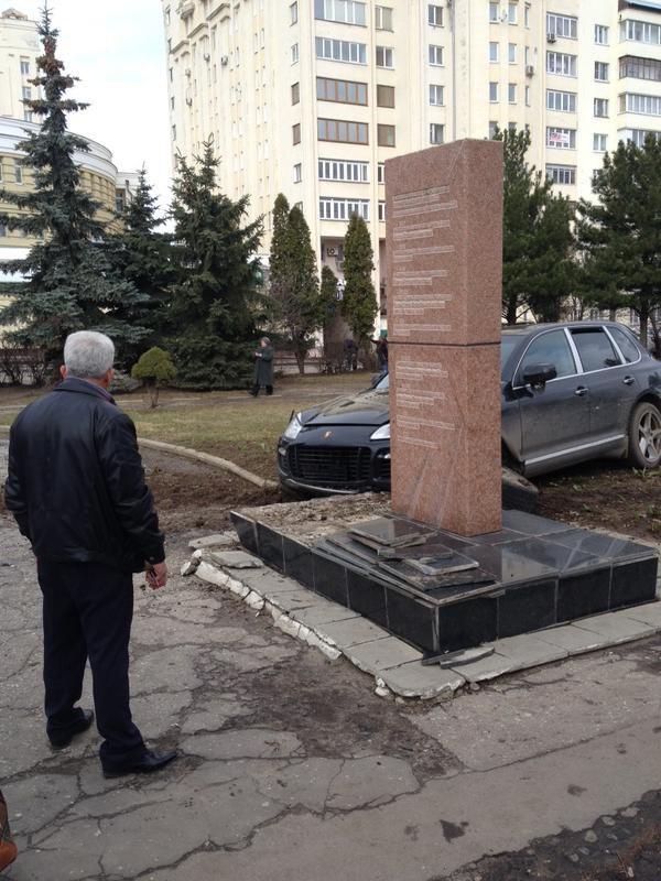 Во Владимире Porsche протаранил памятник ветеранам войны (6)