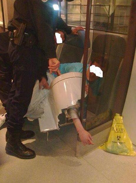 Попытка достать упавший в унитаз мобильник закончилась на хирургической койке (1)
