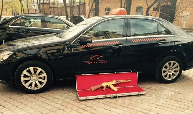 В Петербурге клиент такси забыл в машине… золотой автомат! (2)