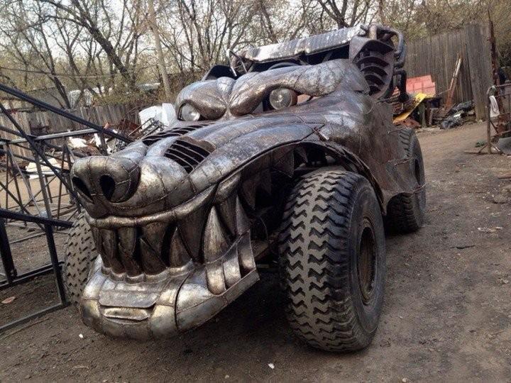 Зверский автомобиль с волчьей мордой (1)