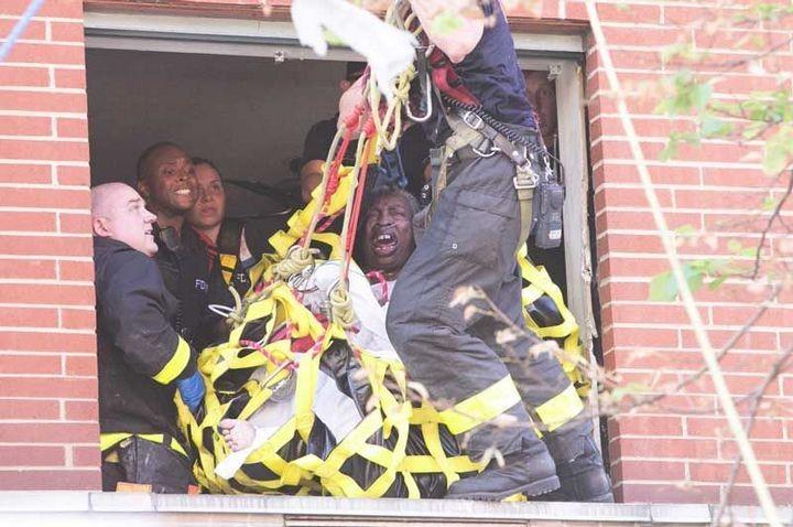 Пожарные вытащили 412-килограммовую женщину из квартиры подъемным краном (1)