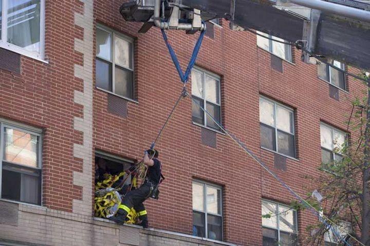 Пожарные вытащили 412-килограммовую женщину из квартиры подъемным краном (2)