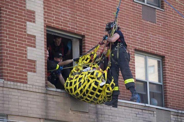 Пожарные вытащили 412-килограммовую женщину из квартиры подъемным краном (3)