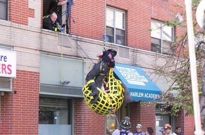 Пожарные вытащили 412-килограммовую женщину из квартиры подъемным краном (4)