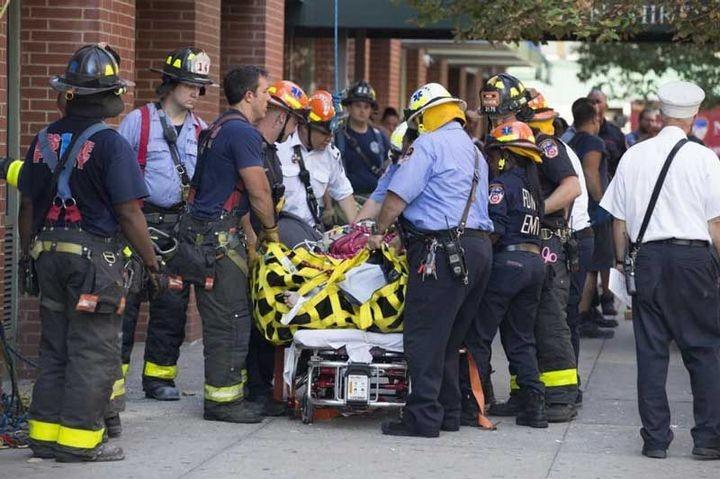 Пожарные вытащили 412-килограммовую женщину из квартиры подъемным краном (5)