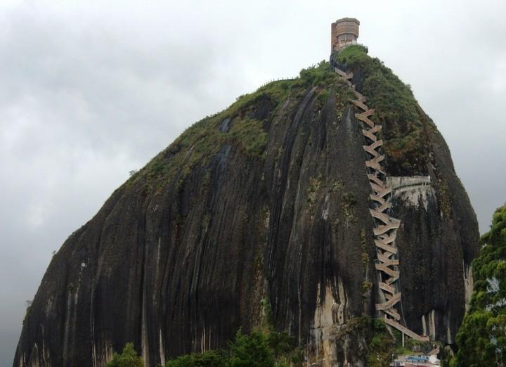 Эль-Пеньон-де-Гуатапе скала в Антьокии, Колумбия (2)