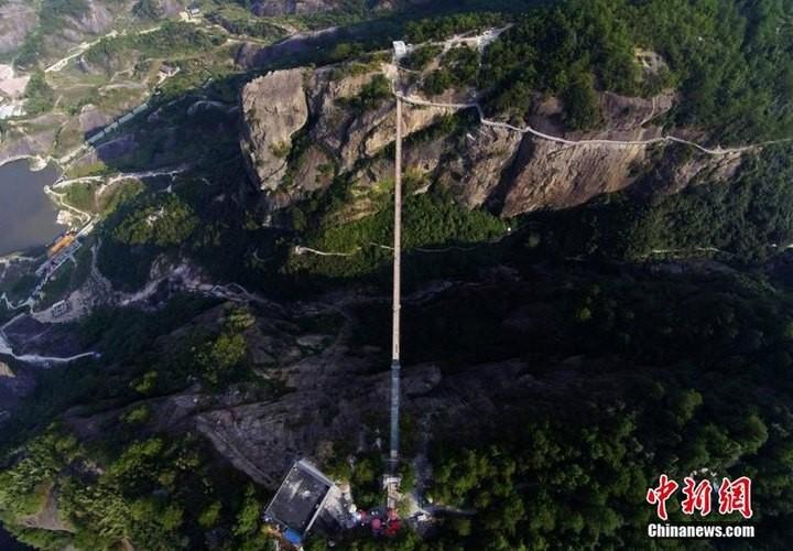 Подвесной мост со стеклянным полом длиной в 300 метров (1)