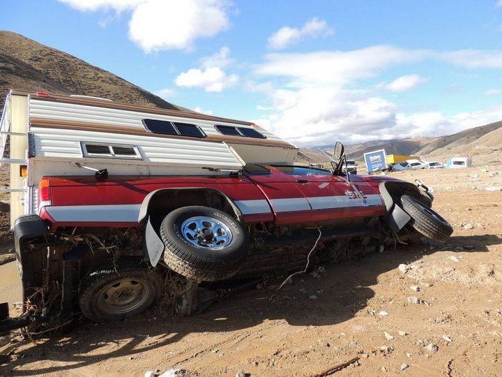 Застрявшие автомобили в селевых потоках на дорогах Калифорнии (10)