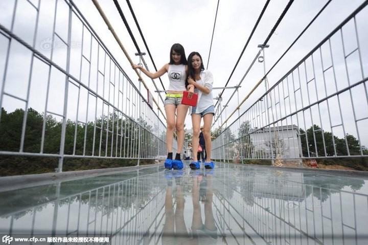 Подвесной мост со стеклянным полом длиной в 300 метров (2)