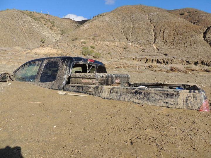 Застрявшие автомобили в селевых потоках на дорогах Калифорнии (9)