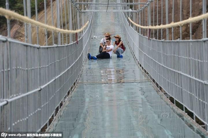 Подвесной мост со стеклянным полом длиной в 300 метров (3)