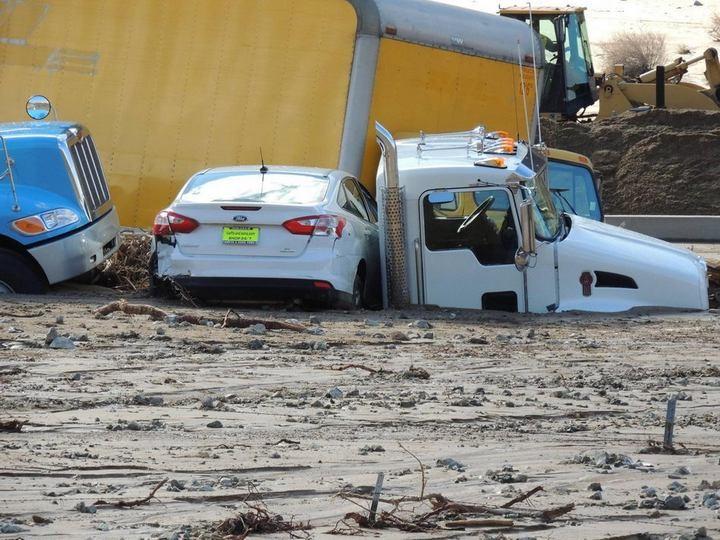 Застрявшие автомобили в селевых потоках на дорогах Калифорнии (8)