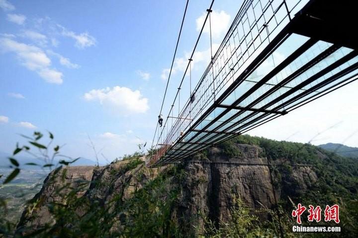 Подвесной мост со стеклянным полом длиной в 300 метров (4)