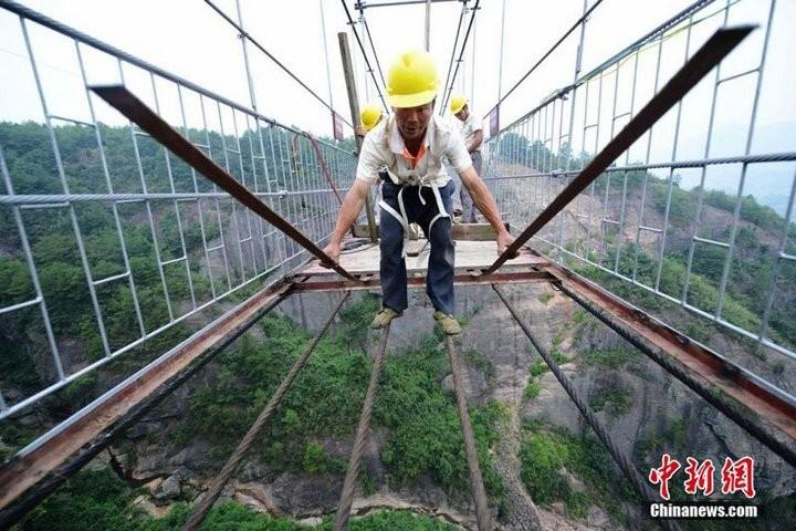 Подвесной мост со стеклянным полом длиной в 300 метров (5)