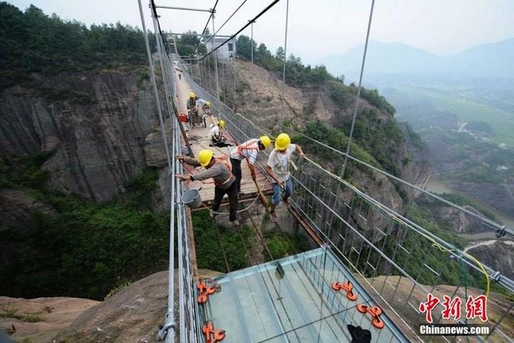 Подвесной мост со стеклянным полом длиной в 300 метров (6)