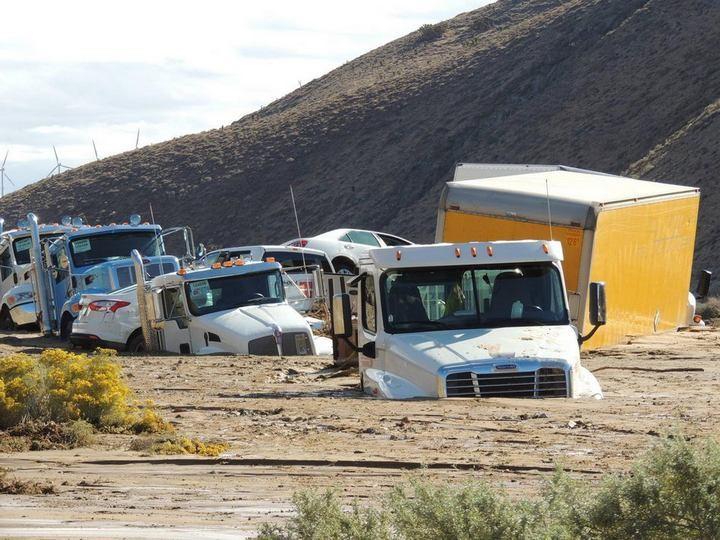 Застрявшие автомобили в селевых потоках на дорогах Калифорнии (5)