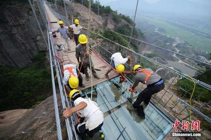 Подвесной мост со стеклянным полом длиной в 300 метров (7)
