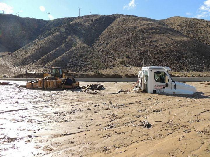 Застрявшие автомобили в селевых потоках на дорогах Калифорнии (4)