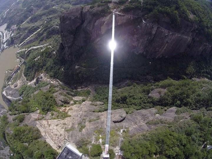 Подвесной мост со стеклянным полом длиной в 300 метров (9)