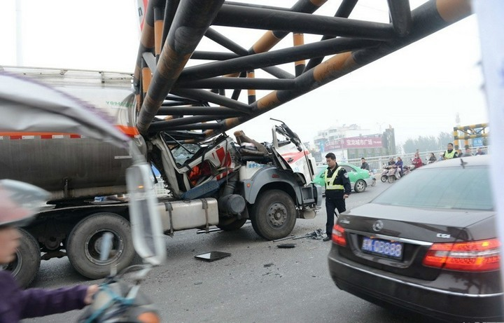 В Китае бензовоз врезался в ограничитель высоты (2)