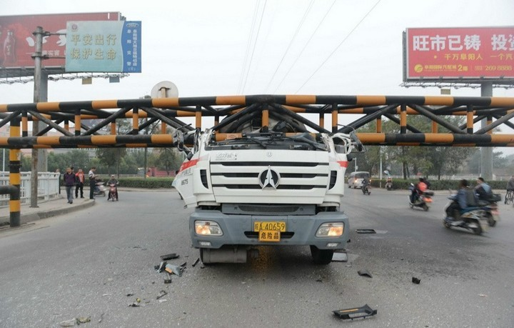 В Китае бензовоз врезался в ограничитель высоты (3)