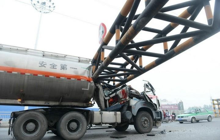 В Китае бензовоз врезался в ограничитель высоты (4)