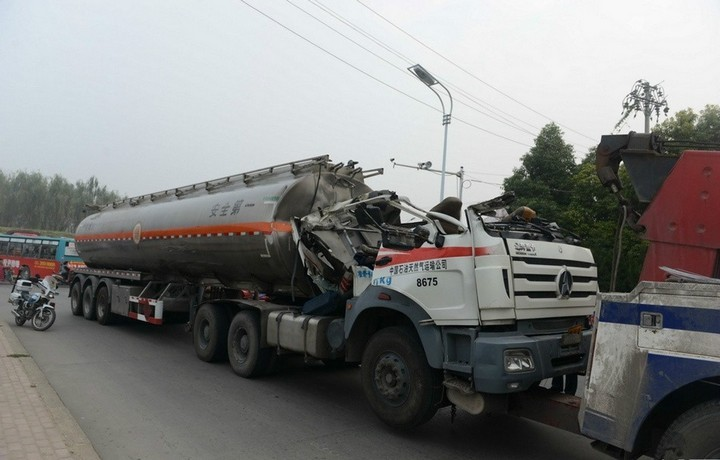 В Китае бензовоз врезался в ограничитель высоты (5)