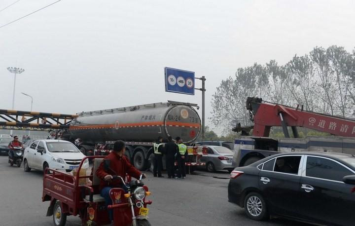 В Китае бензовоз врезался в ограничитель высоты (6)