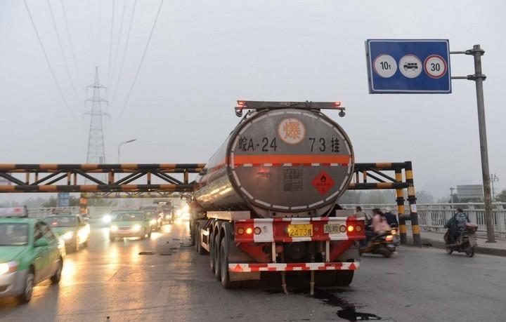 В Китае бензовоз врезался в ограничитель высоты (7)