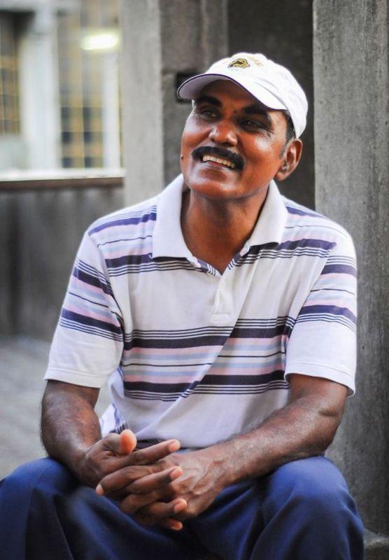 Индиец 10 лет кормит тысячи попугаев (9)