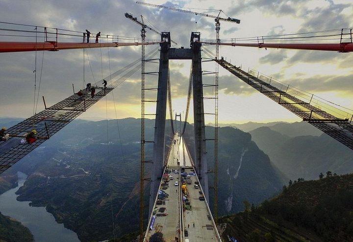 Строительство гигантского подвесного моста в Китае (1)