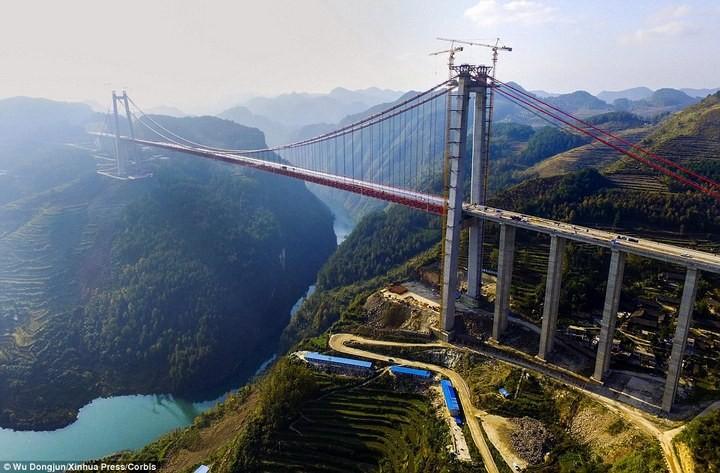 Строительство гигантского подвесного моста в Китае (2)