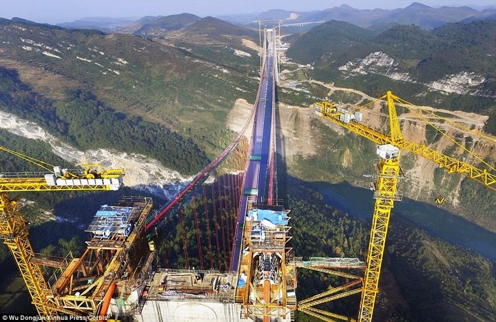 Строительство гигантского подвесного моста в Китае (4)