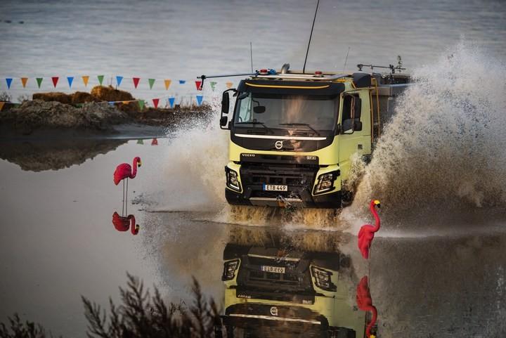 Четырехлетняя девочка управляет грузовиком. Встречайте очередное видео от Volvo Trucks! (1)
