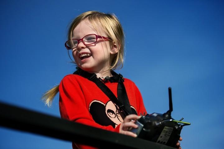 Четырехлетняя девочка управляет грузовиком. Встречайте очередное видео от Volvo Trucks! (3)