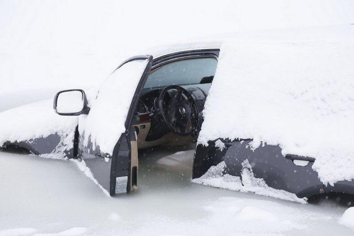Touareg превратился в глыбу льда, после того как провалился под лед (1)