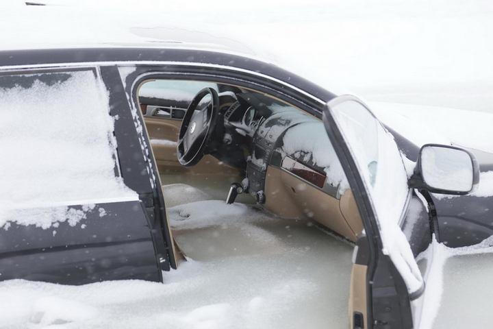 Touareg превратился в глыбу льда, после того как провалился под лед (2)