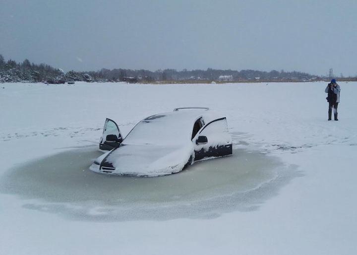 Touareg превратился в глыбу льда, после того как провалился под лед (3)