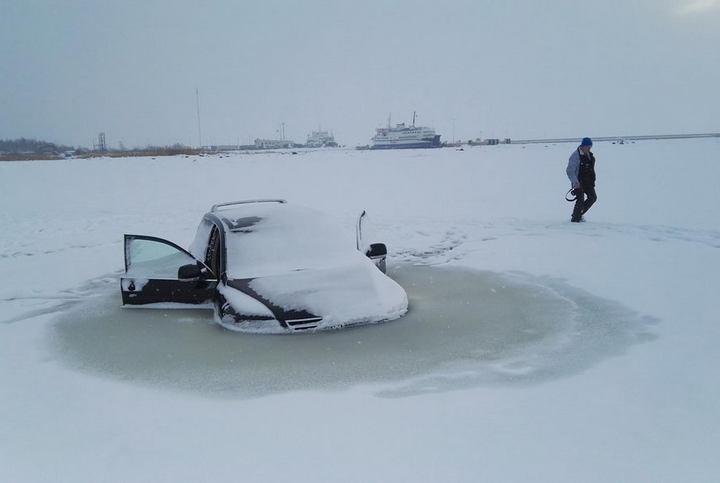 Touareg превратился в глыбу льда, после того как провалился под лед (4)