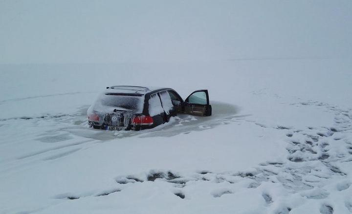 Touareg превратился в глыбу льда, после того как провалился под лед (5)