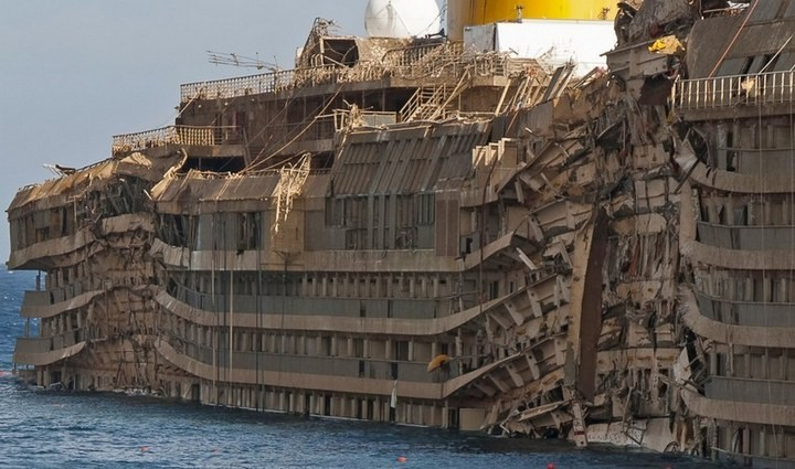 Лайнер Costa Concordia после крушения (2)