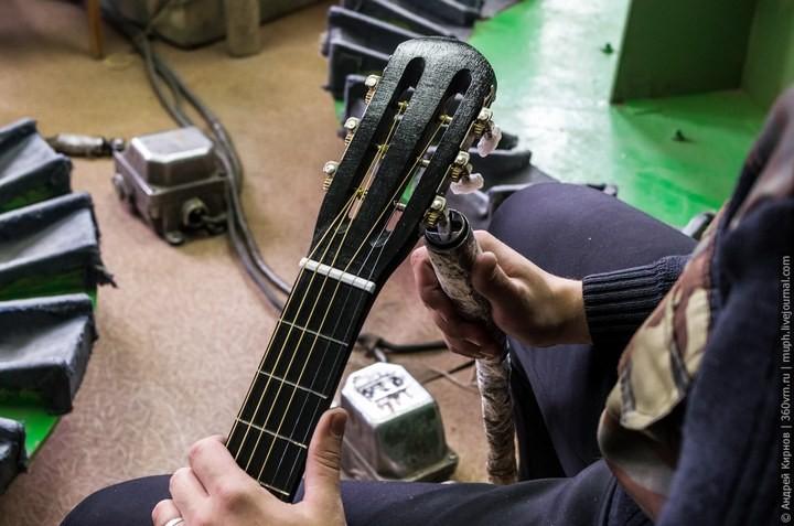 Как делают акустические гитары (23)