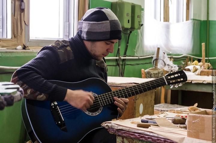 Как делают акустические гитары (24)