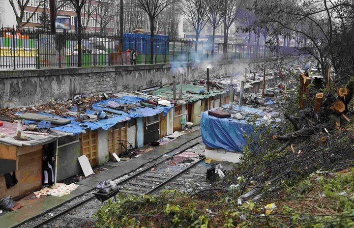 Полиция Парижа очищает пути железной дороги от цыганского лагеря (1)