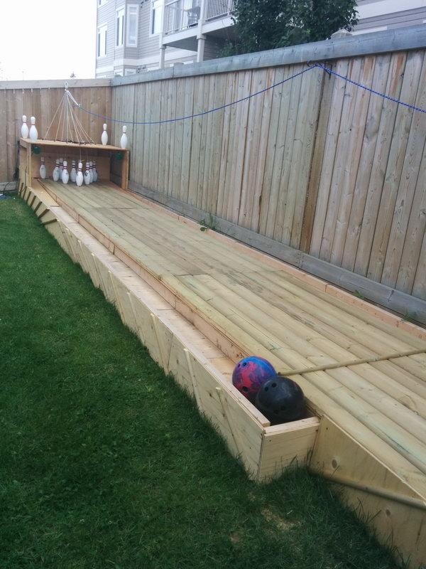 Чувак построил боулинг на заднем дворе (1)