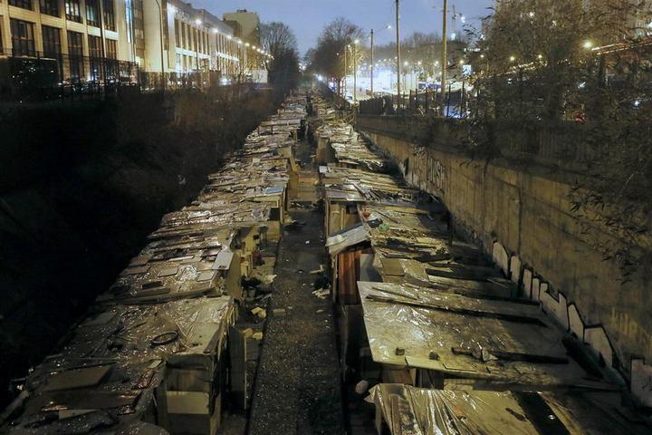 Полиция Парижа очищает пути железной дороги от цыганского лагеря (10)